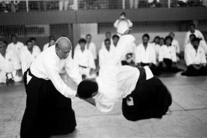 Ono Sensei realizando uma demonstração de Aikido com mais de 80 anos