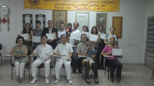 Mestre Liu Chih Ming, Prof. Edgar Cantelli, Dr. Liu Chun Lin e D. Lin com os formandos da turma 15 de Tui Na